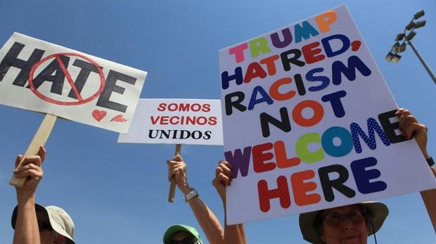 Manifestantes en El Paso piden el fin del odio y el racismo
