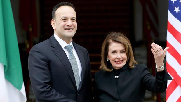 La presidenta de la Cámara de Representantes de los Estados Unidos, Nancy Pelosi, junto al primer ministro irlandés, Leo Varadkar