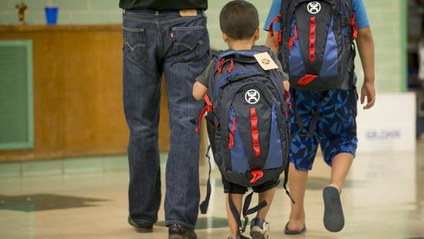 Unos niños con sus mochilas reforzadas entran en una escuela en Estados Unidos
