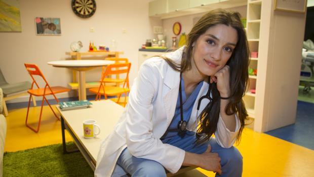 Ana Cela, que es médico además de actriz, nació en el antiguo hospital donde se rueda la serie