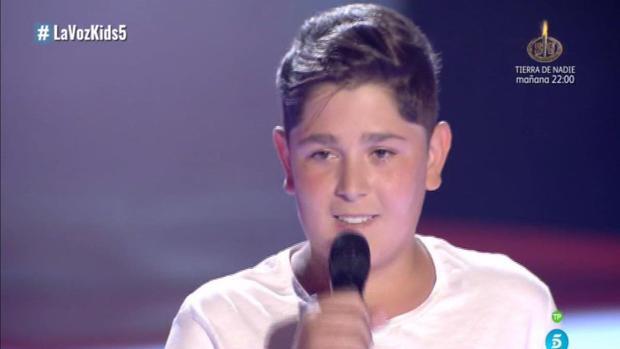 Iván durante su actuación en el escenario de La Voz Kids