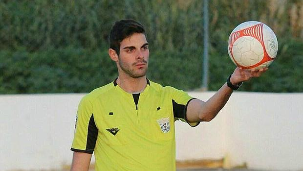 El árbitro Jesús Tomillero, durante un partido