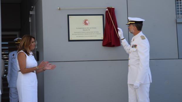 El Rey descubre la placa que inaugura este nuevo espacio