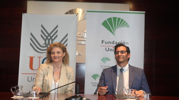 Teresa García Valderrama (UCA)y Rafael Muñoz Zayas (Fundación Unicaja) en un momento de la firma.