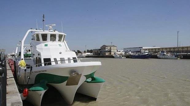 Uno de los catamaranes que unen por mar Cádiz, El Puerto y Rota