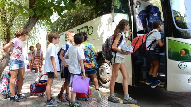 El Ayuntamiento ofrece clases de inglés y transporte escolar para todos los niños de Tomares