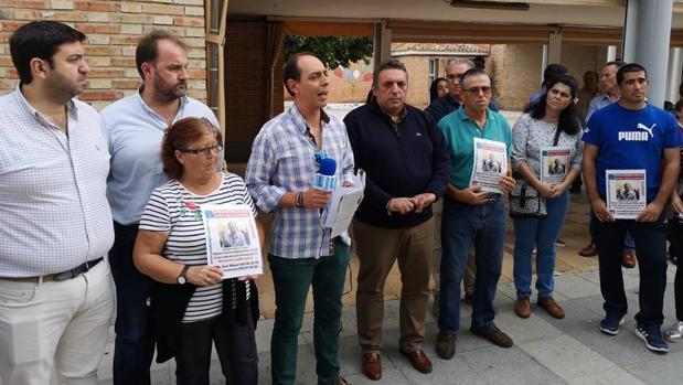 Los familiares de Joaquín Gómez junto a una representación municipal, durante la concentración el pasado martes