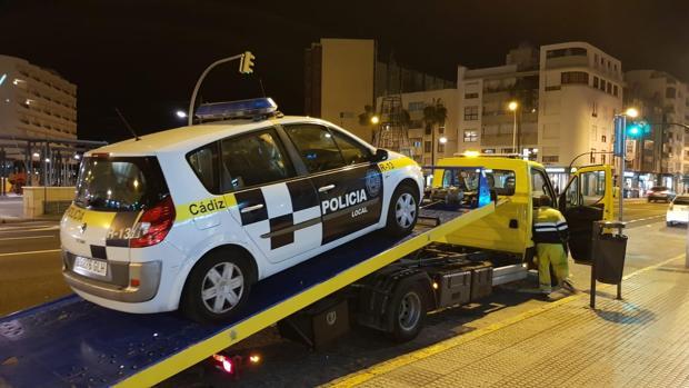 El último coche patrulla en averiarse, ayer por la tarde.