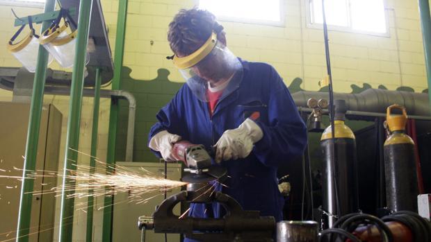 La industria sigue sin imponerse al sector servicios en Cádiz