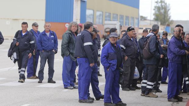 Salida del turno de mañana en el astillero de Puerto Real