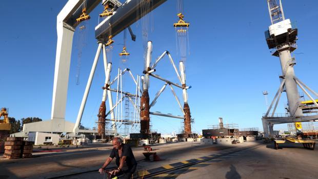 Construcción de estructuras eólicas en el astillero de Puerto Real