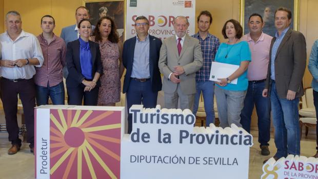 El presidente de la Diputación y representantes de escuelas de hostelería durante la firma de un acuerdo de colaboración