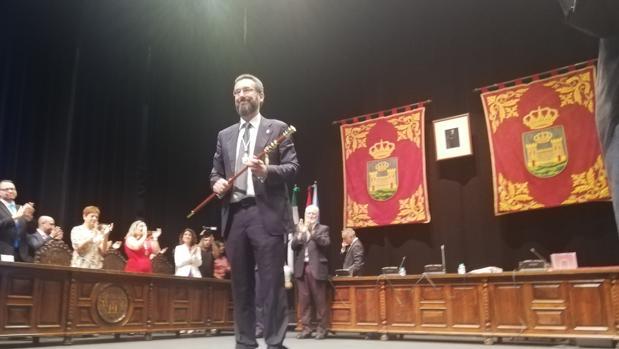 Juan Franco, con el bastón de mando.
