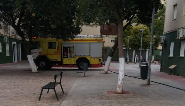 Camión de los bomberos en el lugar del incendio.