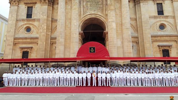 La nueva promoción de Suboficiales frente al Panteón de Marina.
