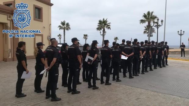 Los nuevos policías incorporados, este martes en Cádiz.