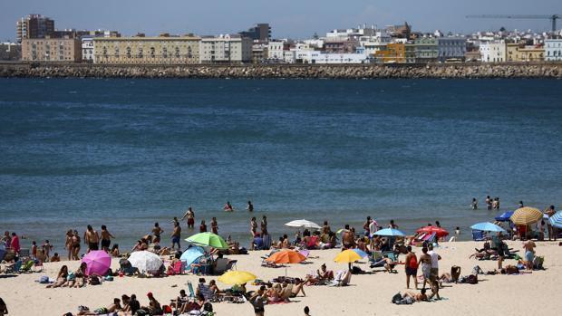 Bañista en la playa de Cádiz