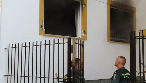 Los agentes observan la ventana, una vez que terminaron el rescate.