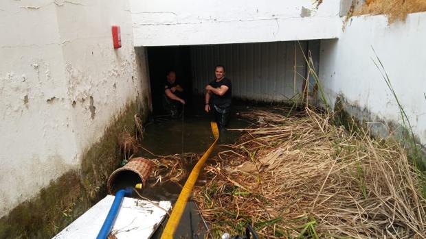 Bomberos aspirando desde el parking el agua empleada para sofocar el incendio