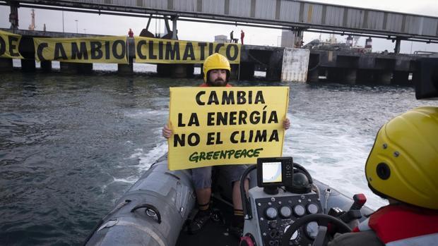 Activistas durante la protesta llevada a cabo en la mañana de este viernes