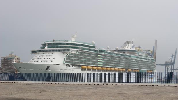El crucero 'Independence of the seas' atracado en el muelle de Cádiz.