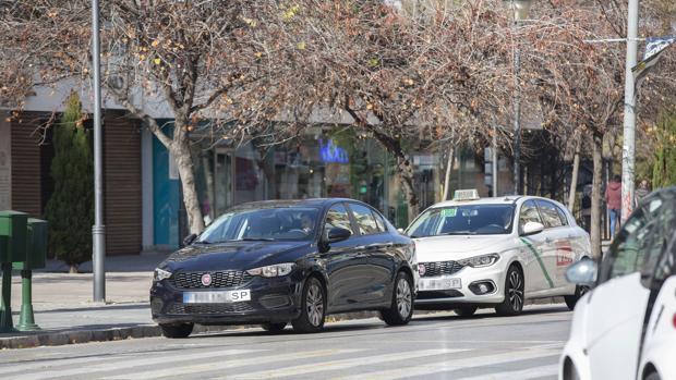 Coche de Uber circulando por las calles de Granada, última ciudad andaluza donde se estrenó el servicio.