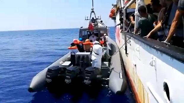 Momento en que varios inmigrantes son evacuados desde el barco de la ONG española Open Arms.
