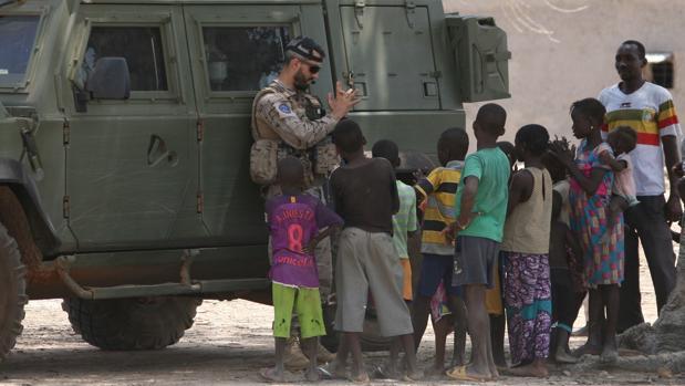 Los infantes de Marina de San Fernando desplegados en Malí con población local durante la misión.