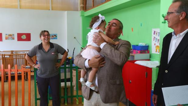 El delegado de Educación, Miguel Andréu, en la Escuela Infantil Virgen de la Palma, donde ha inaugurado el curso.