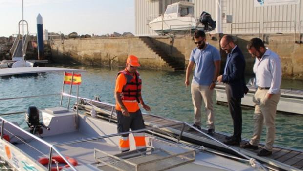 Germán Beardo, alcalde de El Puerto de Santa María, supervisa la nueva embarcación