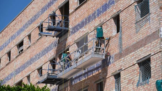 Obreros trabajando en la construcción de un bloque de viviendas en la provincia de Cádiz
