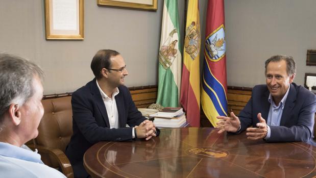 Víctor Mora (izq) y José María Román (der) durante la reunión.