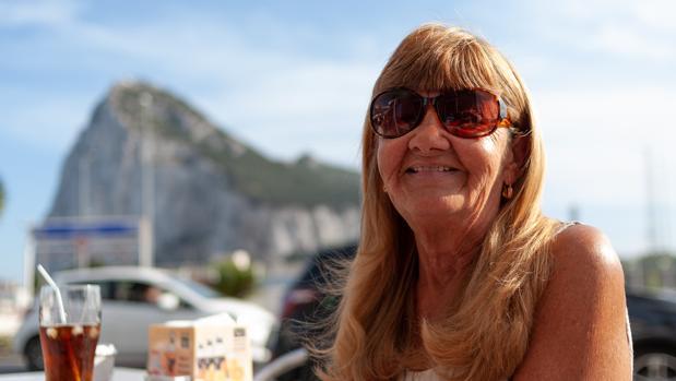 Kristina Long, en una terraza con el Peñón al fondo