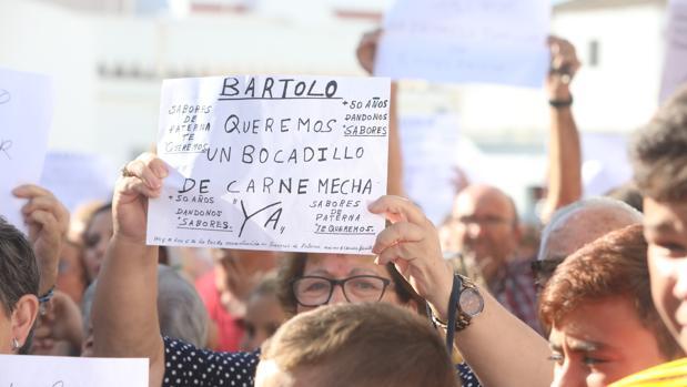 Una mujer muestra su pancarta durante la manifestación de apoyo a Sabores de Paterna.