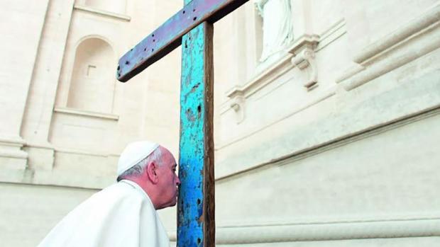 El papa Francisco, con la Cruz de Lampedusa