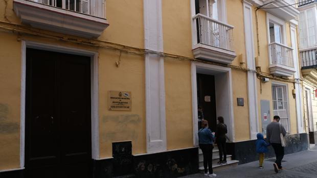 Un usuario de Asuntos Sociales de Cádiz agrede a un vigilante de seguridad y a una conserje.