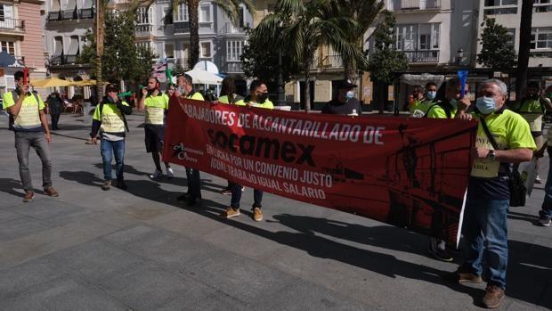 Trabajadores del alcantarillado de Cádiz vuelven a la carga reivindicando mejoras laborales
