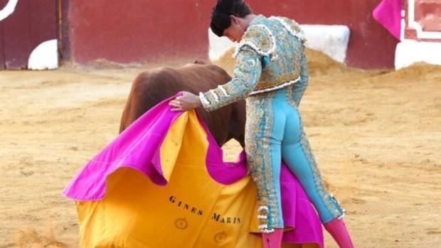 La terna a hombros en un festejo marcado por la falta de casta de los toros de Osborne