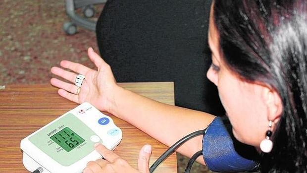 Una adolescente se mide la tensión arterial