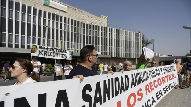 Manifestación a las puertas del hospital de Valme