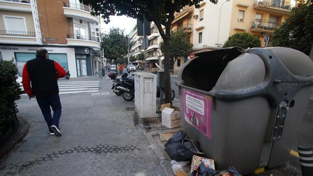 Contenedores de basura en la calle Asunción