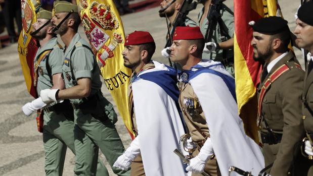 Enseñas que desfilaron el pasado domingo durante la jura de civiles celebrada en la Plaza de España