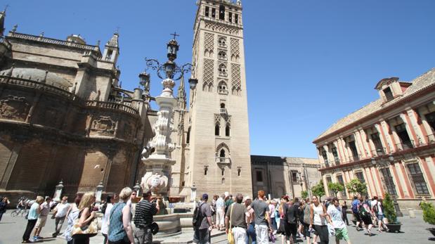 Turistas en el entorno de la Catedral de Sevilla