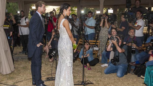Sergio Ramos y Pilar Rubio atienden a la medios a las puertas de la finca «La Alegría»