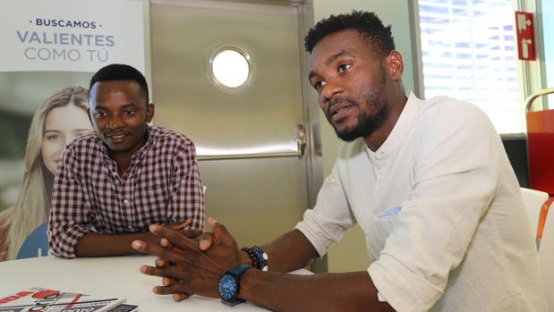 Jean Baptiste Sams, de Costa de Marfil, estudia Ingeniería; Sani Ladan, de Camerún, Relaciones Internacionales