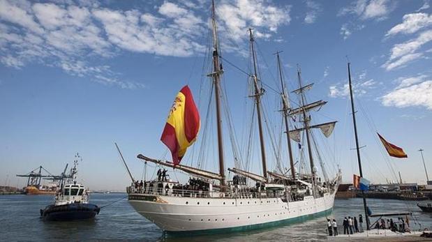 El buque escuela español lucirá una bandera bendecida ante la Virgen de la Victoria de Triana