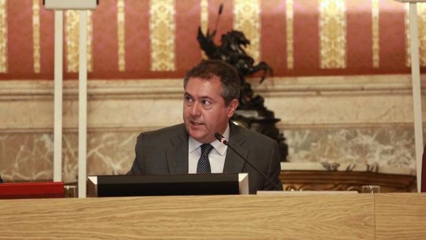 El alcalde de Sevilla, Juan Espadas, presidiendo un Pleno en el Ayuntamiento hispalense