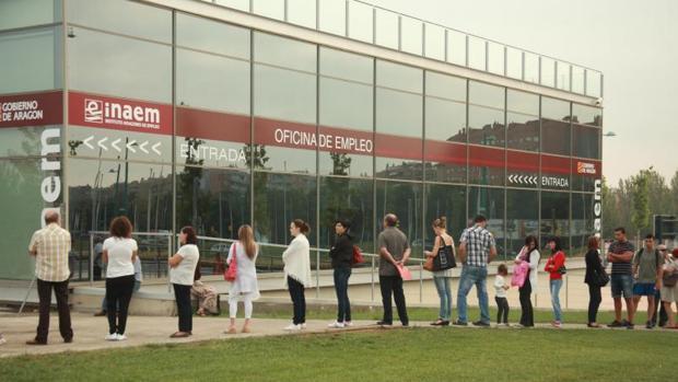 Un grupo de personas busca empleo en las oficinas del Inaem en Zaragoza
