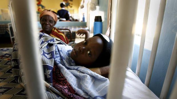 Un niño recuperándose de la malaria en el Hospital Reaql de Livingston, Zambia