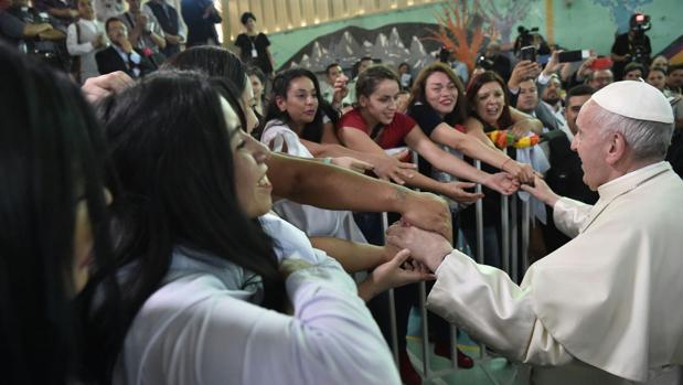 El Papa Francisco saluda a las reclusas
